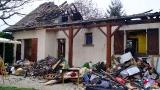 La maison est détruite par le feu.